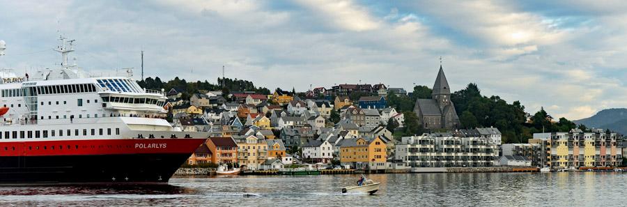 Auslaufen der MS Polarlys aus dem Hafen von Kristiansund